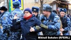 """Полиция задерживает активистов, поддерживающих """"узников Болотной"""" (21 февраля 2014 года)"""