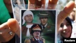 Камис Гадафи(десно) на фотографија со татко му Моамер и братот Саиф Ал Ислам(лево).