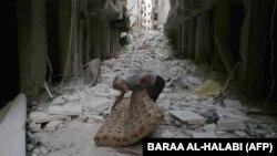 Սիրիա - Մարտական գործողությունների հետևանքով ավերակների վերածված շենքեր Հալեպի արվարձաններից մեկում, հուլիս, 2014թ․