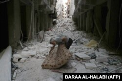 Пожилой мужчина на руинах улицы в Алеппо