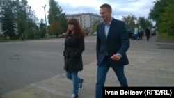 Kira Yarmysh (left) and Aleksei Navalny walk to a meeting in the Kostroma region in 2015.