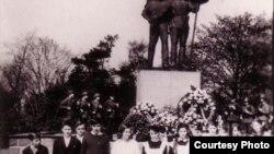 Советтик окуучулардын салтанаттуу жыйынында тартылган сүрөт. Гера шаары