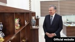 Президент Шавкат Мирзиёев Тошкент чинни заводида. Президент матбуот хизмати олган сурат.