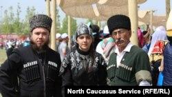 Представители черкесского движения в национальных костюмах на празднике, иллюстративное фото