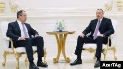 Azərbaycan prezidenti Ilham Aliyev (sağ) və Rusiya xarici işlər naziri Sergey Lavrov, 6 aprel 2016