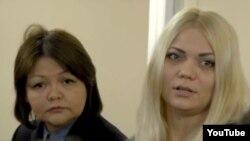 Наталья Слекишинаның (оң жақта) жазасын өтеуші кезінде адвокаты Айман Омаровамен түскен суреті. Алматы, 30 қыркүйек 2016 жыл.