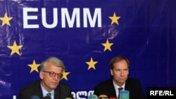 Глава миссии наблюдателей ЕС в Грузии Ханс Йорг Хабер (слева) и посол от Швеции Олоф Скуг