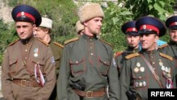 Російські казаки з пістолетами у Севастополі (фото Миколи Владзимирського)
