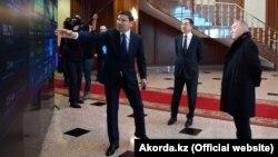Қазақстан президенті Нұрсұлтан Назарбаев (оң жақта) пен премьер-министр Бақытжан Сағынтаевқа (ортада) вице-премьер Асқар Жұмағалиев сандық панельді көрсетіп тұр. Астана, 30 қаңтар 2019 жыл.