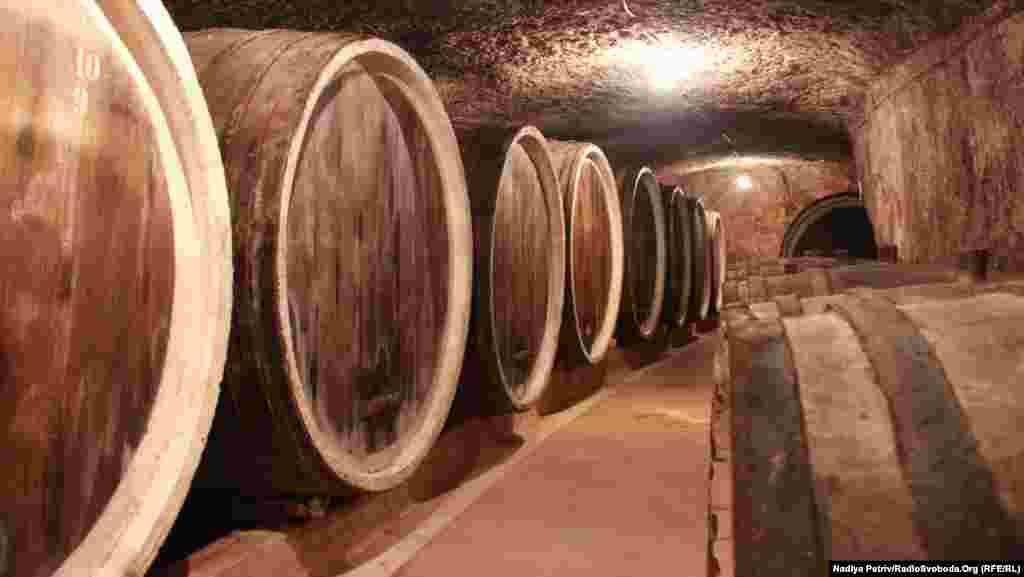 Раніше всі бочки у винних підвалах Середнього були заповнені вином, нині більшість порожні