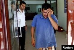 Абдулла Курди, выходящий из морга. 3 сентября