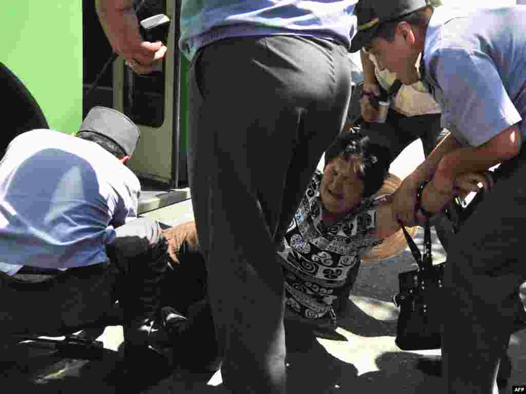 Ранее милиция запретила акцию в пригороде Бишкека и направила собравшихся в другое место - Сквер железнодорожников.