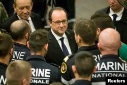 فرانسوا اولاند، رئیسجمهوری و لادریان وزیر دفاع فرانسه که در انتخابات منطقهای نیز شرکت کرد و پیروز شد