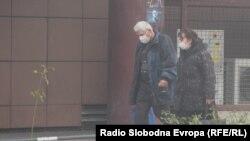 Архивска фотографија- луѓе со маски во Скопје поради загадениот воздух