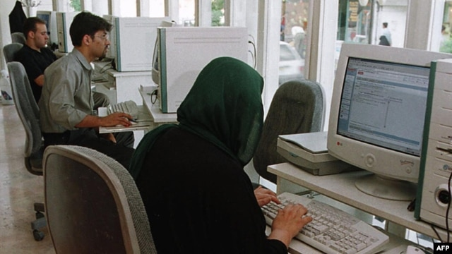 Iranians at an Internet cafe (file photo)
