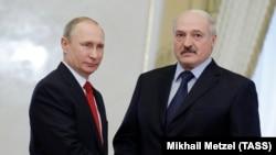 Presidentët Putin (majtas) dhe Lukashenka gjatë një takimi të mëparshëm në Rusi