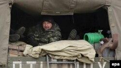 Украинские солдаты в грузовике недалеко от Артемовска в Донецкой области. 3 марта 2015 года.