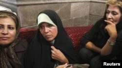 Фазех Хашеми (в центре), дочь Акбара Рафсанджани, участвует в протесте в мечети в северной части Тегерана. 28 июня 2009 года.