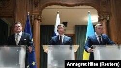 Преговорите между Русия и Украйна бяха с посредничеството на Еврокомисията. На снимката - зам.-председателят на ЕК Марош Шефчович, руският министър на енергетиката Александър Новак и украинският му колега Алексей Оржел.