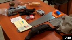 Речі, вилучені нібито в затриманого громадянина України Геннадія Лімешка, кадр із відео, поширеного ФСБ Росії, 15 серпня 2017 року