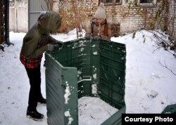 Нікіта та Софія-Христина встановлюють компостер на шкільному подвір'ї