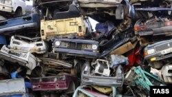 Ржавеющие останки автомобилей на территории базы по приему металла. Иллюстративное фото.