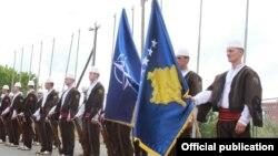 Gjenerali Bradshaw është pritur me nderime nga Garda Ceremoniale e FSK-së, që për herë të parë është paraqitur me uniformën e re me elemente tradicionale.