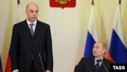 Архивска фотографија: Рускиот министер за финансии Антон Силуанов и претседателот Владимир Путин.