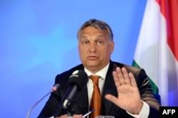 Premierul Viktor Orban, gesticulând la o conferință de presă la Consiliul European, Bruxelles, 3 septembrie 2015