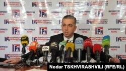 Новый гендиректор «9 канала», телевидения, спонсируемого грузинским миллиардером-оппозиционером Бидзиной Иванишвили, Каха Бекаури уверяет: началу вещания препятствуют грузинские власти