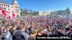 Па различным оценкам, на митинге на центрально площади Кутаиси присутствуют от 12 до 15 тысяч человек