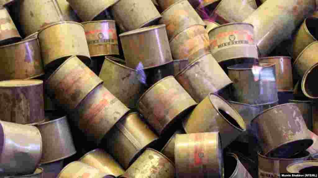 """Фрагмент экспозиции государственного музея Аушвиц-Биркенау. Жестяные банки, содержавшие отравляющее вещество """"Циклон Б"""", использовавшееся для массового уничтожения заключенных."""