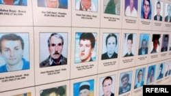 Фотографии погиших людей во время войны в Косово