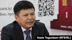"""Канат Тасибеков во время презентации электронной версии первого тома своей книги """"Ситуативный казахский"""". Алматы, 19 марта 2015 года."""