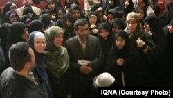 اقبال حدوتی، با روسری سبزرنگ در سمت چپ محمود احمدینژاد