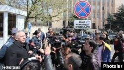 Представитель стороны ответчика, депутат-республиканец Акоп Акопян беседует с журналистами после оглашения решения Конституционного суда, Ереван, 2 апреля 2014 г.