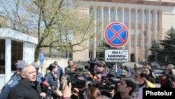 «Դեմ եմ» շարժման ակտիվիստները ցույց են անում ՍԴ շենքի դիմաց, արխիվ