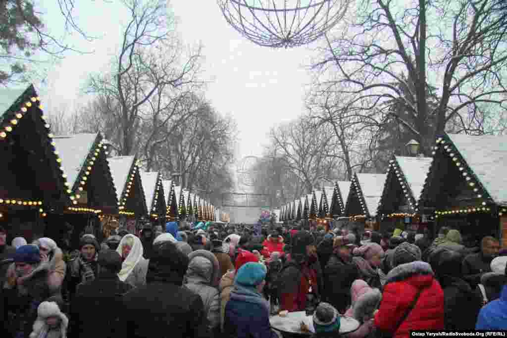 Непросто пройтись по рождественской ярмарке: очень уж много людей