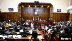 Parlamenti i Serbisë duke diskutuar për rezolutën, që dënon masakrën ndaj 8 mijë burrave dhe djemve myslimanë të Bosnjës, 30 mars 2010.