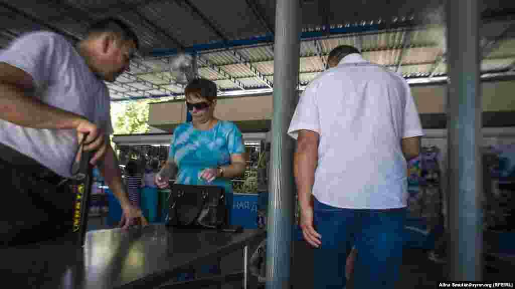 Посетители «канатки» проходят через рамки металлодетектора