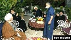 عکسی که از دیدار مهدی کروبی یا شماری از اعضای مجمع روحانیون مبارز در خانه قدرتالله علیخانی منتشر شده است