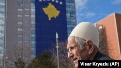 Një i moshuar duke kaluar pranë Qeverisë së Kosovës. Fotografi ilustruese
