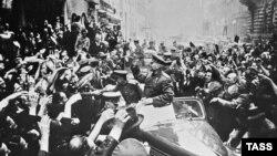 Май 1945-го. Жители Праги приветствуют советские войска