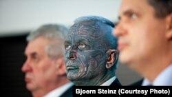 Президенттікке кандидаттар Милош Земан (сол жақта), Владимир Франц (ортада) және Иржи Динстбир. Прага, 9 қаңтар 2013 жыл.