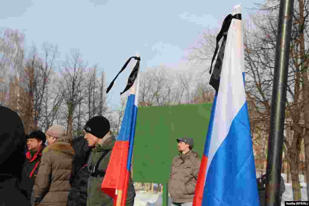 Матәм тасмалары бәйләнгән Русия байраклары