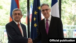 Президент Армении Серж Саргсян (слева) поздравляет посла Франции в Армении Анри Рено по случаю национального праздника Франции, Ереван, 14 июля 2014 г․