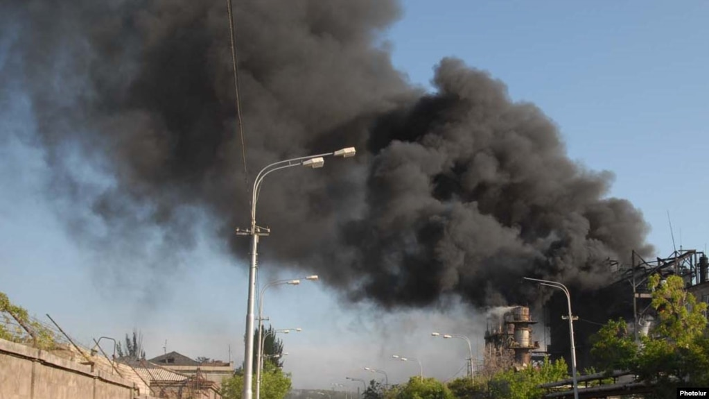 В Ереване горит завод «Наирит»