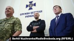 Dissident Russian journalist Arkady Babchenko (center) has left Ukraine, where he had lived in self-imposed exile since fall 2017.