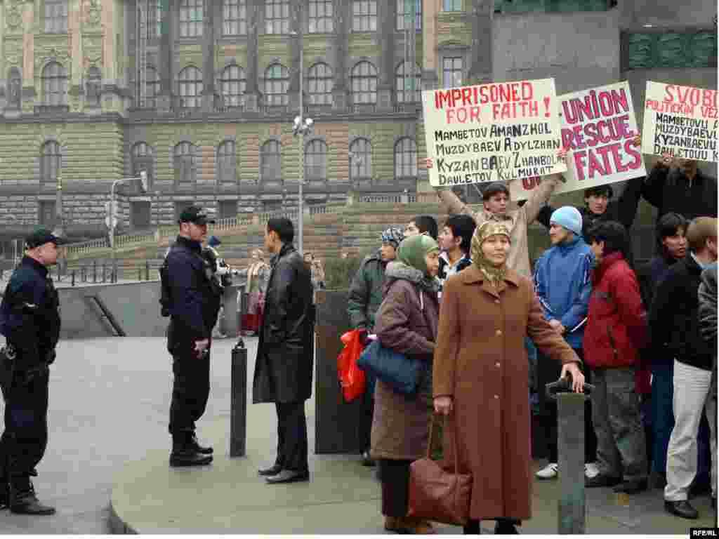 Казахские беженцы предъявили властям Чехии политические требования - Они бежали из Казахстана в 2006 году, в разное время, разными путями и здесь, в Чехии, раскиданы по разным городам и деревням.