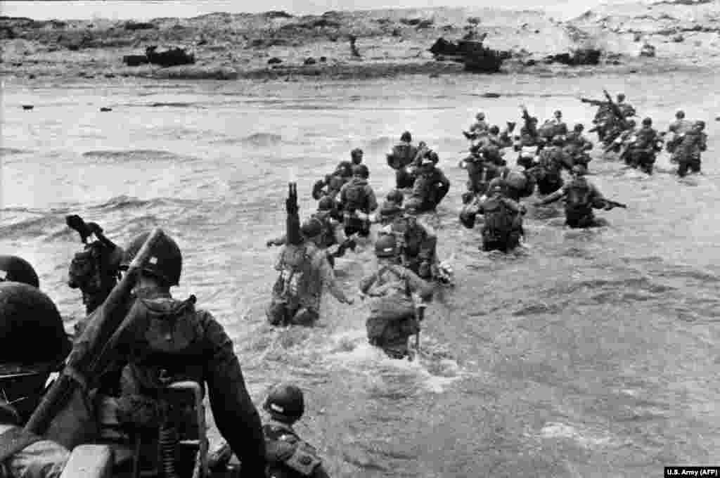 Американські війська висадилися на узбережжі Нормандії (північний захід Франції), щоб прийти як підкріплення в перебігу історичного Дня «Д» 6 червня 1944 року